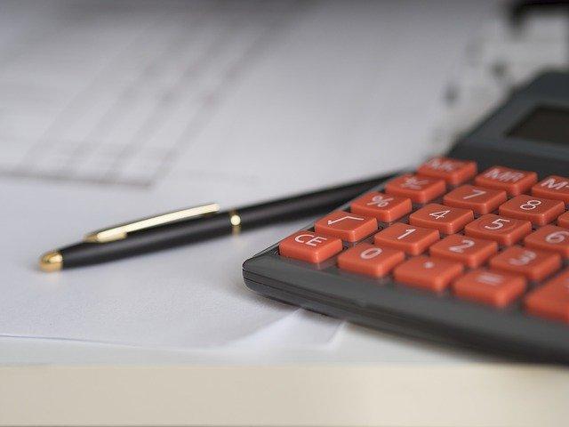 červená tlačítka kalkulačky