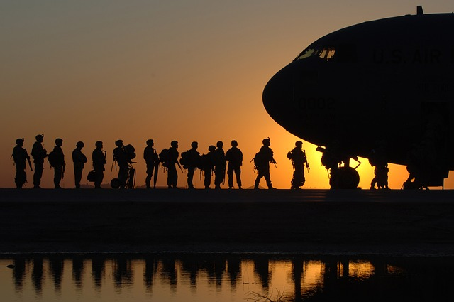vojáci u letadla