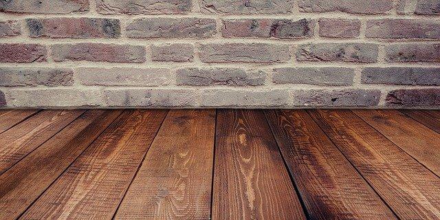 dřevěná podlaha a kamenná zeď