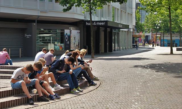 teenageři s mobilama.jpg