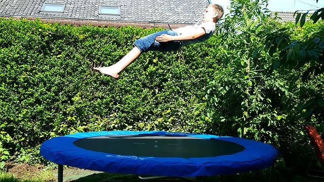 kluk nad trampolínou.jpg