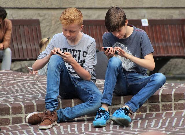 přátelé s mobily