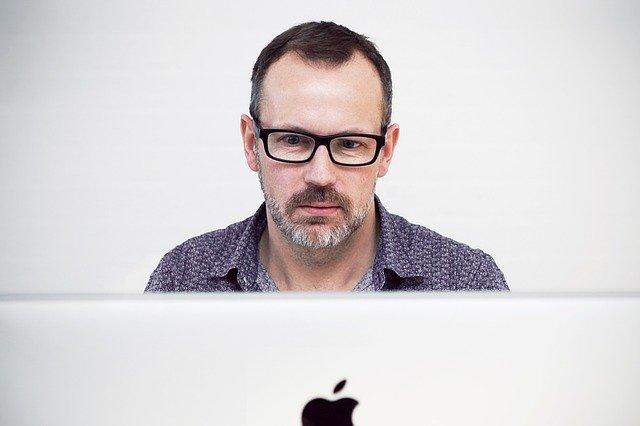 brýlatý muž