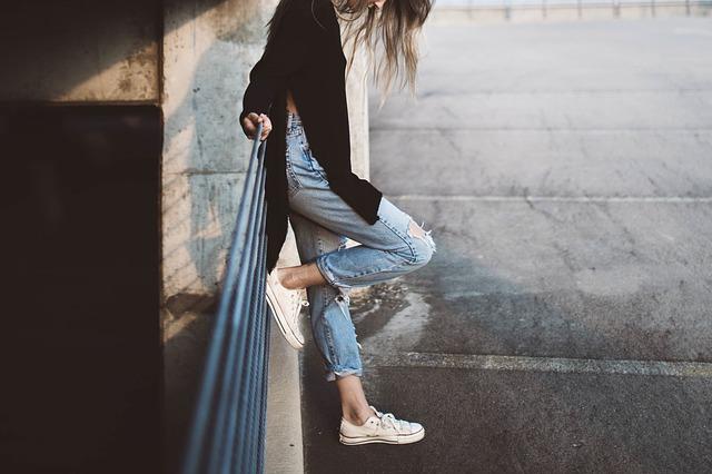 dívka v džínách