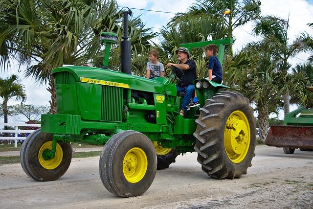 otec a syn na traktoru